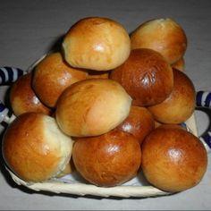 Panini al lattePer 25 panini: 400g di farina 00 200g di latte 50g di burro 40g di zucchero 1/2 cubetto di lievito di birra 1 cucchiaino di sale 1 uovo