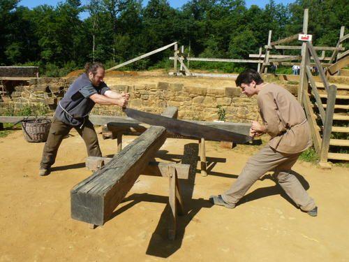 Le rôle des charpentiers, à Guédelon, est incontournable. Ils interviennent partout : fabrication de la grange d'entrée, des loges, des échafaudages, du pont dormant*, et pour une foule d'accessoires auxquels on ne prête pas toujours attention : les barrières...