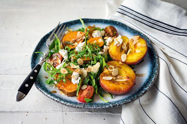 Für uns der fresheste Salat des Sommers. ;) Knackiger Rucola, frische Cherrytomaten, gebratene Süßkartoffel und gegrillter Pfirsich getoppt mit Ziegenfrischkäse.