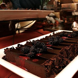 Tabliczka czekolady posiada mnóstwo wartościowych składników odżywczych: magnez, żelazo, cynk, selen, wapń, białko, witaminy B6, B2, A, E, B3, B12, kwas foliowy oraz kofeinę.