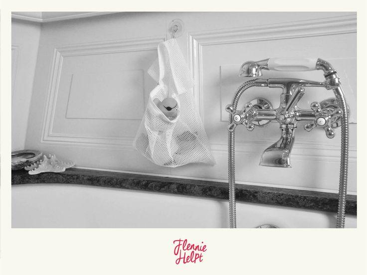 Slingeren bij jou ook altijd bergen badspeeltjes, sponzen en flesjes rond in de douche of in de badkuip? Die worden vies, gaan schimmelen en het is lastig met schoonmaken. Berg de badspeeltjes en andere spullen voortaan op in een lingeriewaszak en hang deze met een zuignap op aan de badkamerwand!
