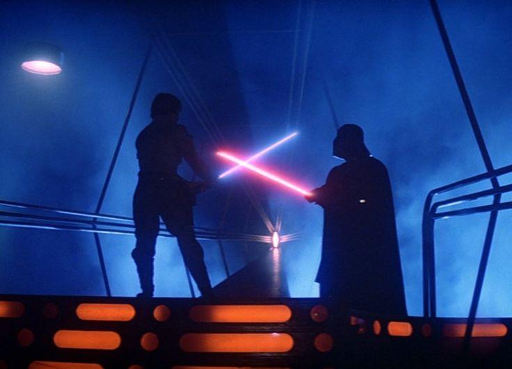 De la larga lista de creaciones visuales de La guerra de las galaxias en 1977 hubo una que brilló con luz propia, y nunca mejor dicho: el sable-láser. Esa fantástica espada refulgente capaz, al menos aparentemente, de atravesar cualquier cosa y partirla en dos probablemente se inspiraba en las armas