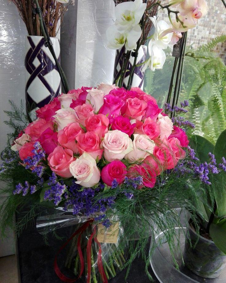 Muitas rosas cor-de-rosa a três tons para aniversário