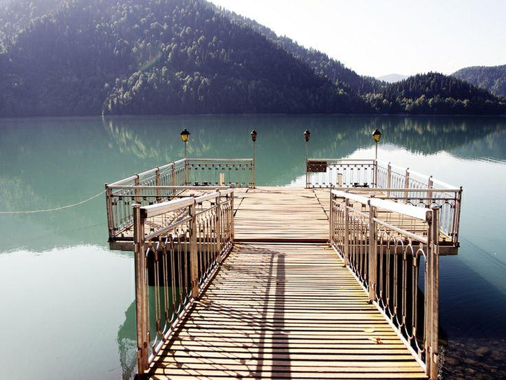 Абхазия. Лодочный причал сталинской дачи в озере Рица.