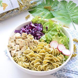 BUDDHA BOWL 🌿 Quand on manque de temps pour cuisiner mais que l'on souhaite tout de même manger un repas équilibre et rassasiant, je vous recommande ce type d'assiette magique 🌿 Un bol composé : 1/4 1/4 Et 1/2 : une portion de glucide, une portion de protéine et une grande portion de vert 🌿 Ce midi j'ai choisi du tofu aux olives, du chou rouge, de la salade et des pâtes aux pois chiches de chez @nu3_fr ❤ Je profites de ma pause dej pour vous partager la mini vidéo story 🌿 Bon appéti...
