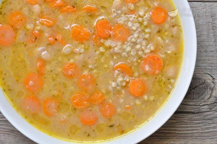 La zuppa di carote e cannellini è una minestra calda tipica del tardo inverno, quando la primavera sta arrivando e le carote sono nel pieno del loro sapore, ma si gradiscono ancora preparazioni calde e ricche di brodo.