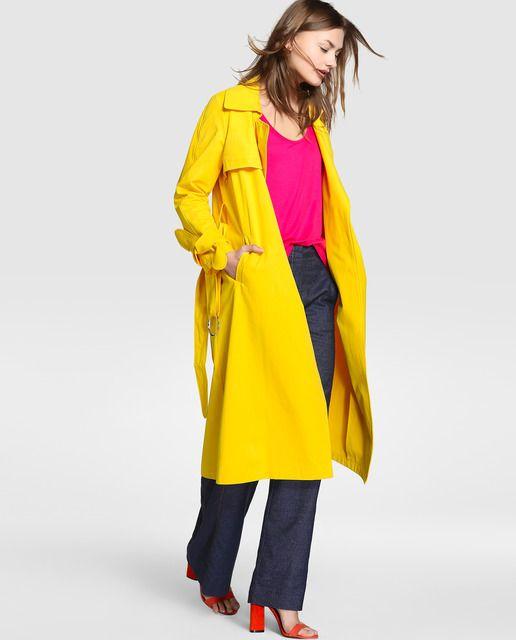 Gabardina larga, en color amarillo, con cierre de cinturón a tono.