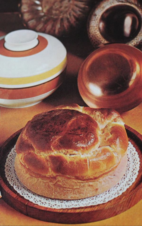 INGREDIENTI PER 12 PERSONE: Un chilo di pasta da brioche, tre etti di paté di foie gras, un tubetto di pasta di tartufi, tre cucchiaiate di brandy, una noc
