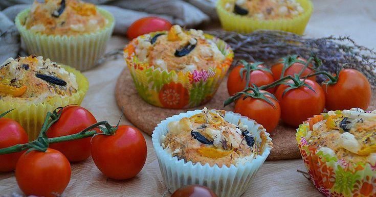 Muffins salados de aceitunas, tomates y hierbas aromáticas