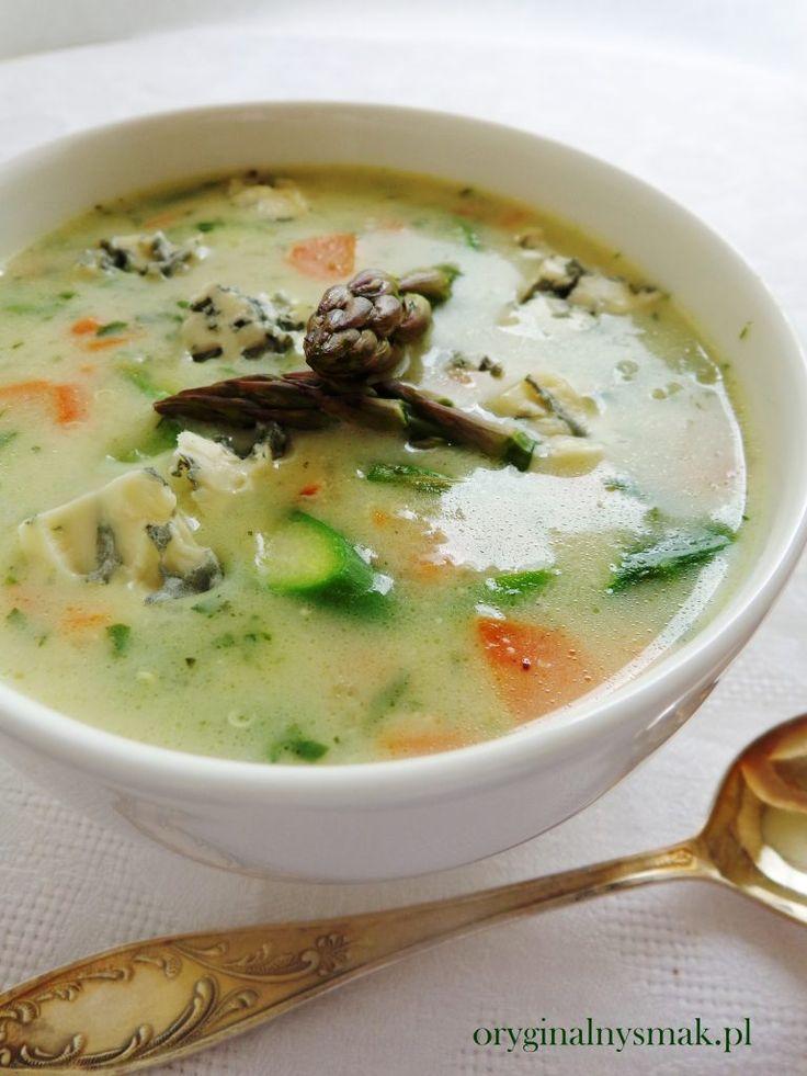 Zupa szparagowa z komosą ryżową, kurczakiem i serem lazur