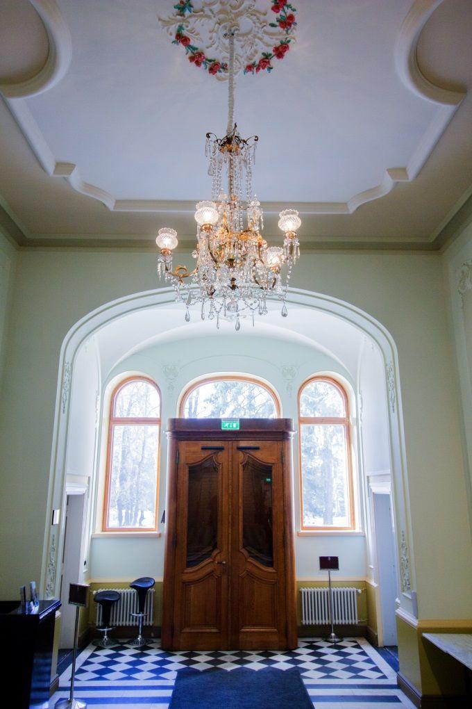 Näsilinna palace baroque style entrance hall. / Näsilinnan palatsin uusbarokkityylinen aula.  www.valaistusblogi.fi