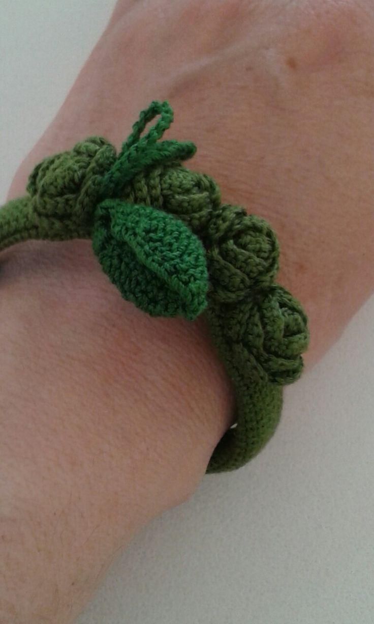 """Braccialetto """"Roseto"""" ideato e realizzato da Filonellamente by Silvia Silvan. Lavorazione a uncinetto, materiale: filo di cotone."""