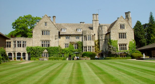 Gloucestershire getaway for two with breakfast & wine – spend 1 or 2 nights in a stunning 17th century manor house