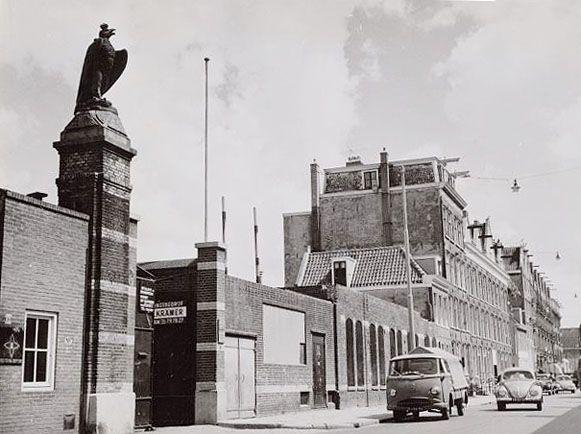 Bierbrouwerij 'De Gekroonde Valk' aan de Hoogte Kadijk werd opgericht in 1730 en in 1791 overgenomen door de familie Van Vollenhoven. In 1891 vierde men dat de brouwerij 100 jaar in bezit was met een beeld op een 5,5 meter hoge zuil bij de poort, de Gekroonde Valk, het embleem op de flessen. Rond 1900 was het de grootste bierbrouwerij van de stad, groter dan Heineken en Amstel. Na de 2e Wereldoorlog kwijnde het weg, in 1949 nam Heineken het bedrijf over om in 1956 de poorten voorgoed te…