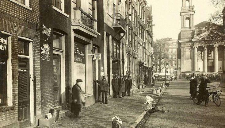 Amsterdam: Het Waterlooplein in 1930 met het aangeboden huisvuil langs de straat en op de achtergrond de Mozes en Aaronkerk