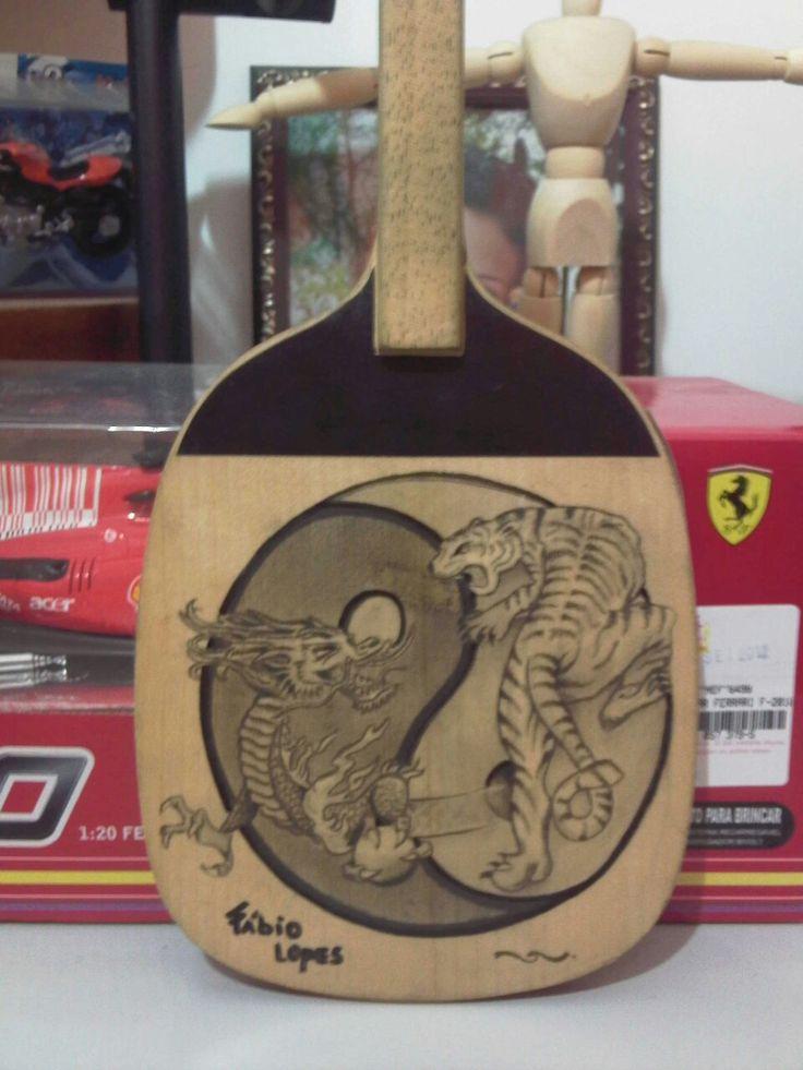 Desenho em grafite sobre madeira. Raquete ping-pong