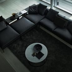 L字型に配置。汚れが目立ちにくいのでブラックはいいですね。ちょっとしたテーブルが背もたれ部分についているのもグッド。
