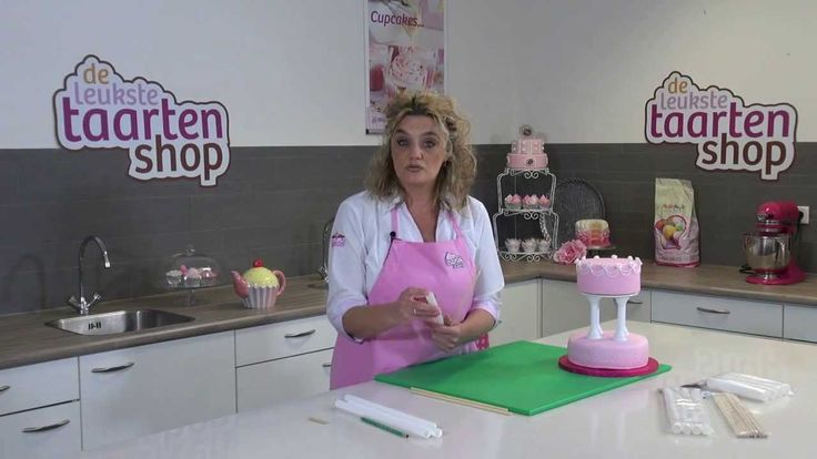 Er zijn verschillende manieren om een stapeltaart te maken. In deze video laten we je een aantal manieren zien. Zo maken we een stapeltaart met behulp van dowels, maar ook een stapeltaart met pillars.