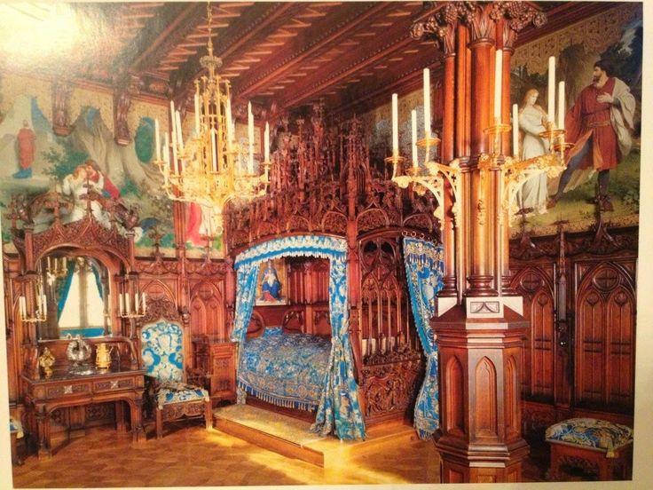 """Bir Kralın Masal Dünyası; Neuschwanstein Şatosu,Dini inancına kuvvetle bağlı olan II. Ludwig'in karyolasının çatısı, Notre-Dame kilisesini andıran gotik bir kilise maketi olarak tasarlanmıştır ki, sadece buradaki ahşap işçiliğinin yapımı dört yılda tamamlanabilmiştir. Sarayın tamamında görülebilen, kraliyet rengi gök mavisi, yatak odasında göz alıyorsa da, odanın dekorasyonundaki asıl vurucu öğe, duvar resimlerinin, """"Tristan ve İsolde"""" hikâyesinden pasajlar içermesidir."""