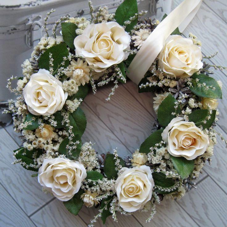 Slavnosti růží Větší věneček s kvalitními látkovými květinami, sušinou, průměr 31 cm