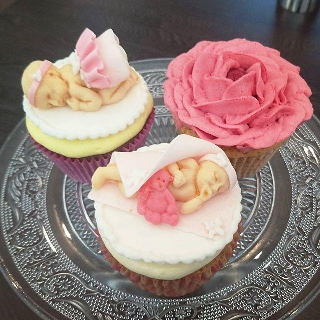 Nå kan det pyntes til #babyshower med søte, små prinsesser og blomster ❤ Og så smaker det så godt også! Sjokolade med appelsinkrem, vanilje med bringebærkrem og gulrot og eple med ostekrem. Yummy! #babyshowercupcakes #cupcakes #girlycupcakes #babycakes #cakedecor #babyshower #pinkcake #flowercupcakes #nellybaker #evedeso #eventdesignsource - posted by Nelly Marie Larsen https://www.instagram.com/cakesbynellym. See more Baby Shower Designs at http://Evedeso.com