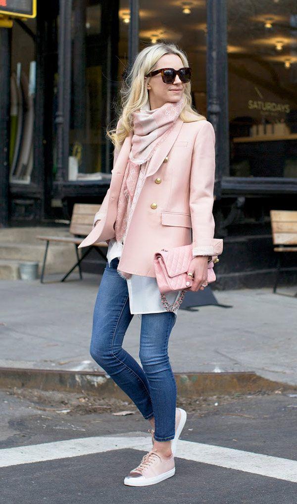 Street style look rosado com blazer, calça jeans e tênis.