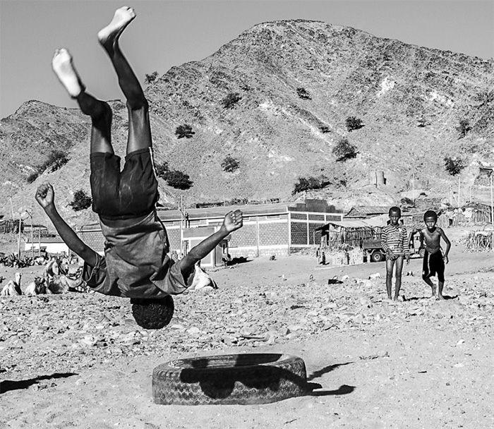 'The Tire, Kids in Danakil, Ethiopia' Winning photo in the 'Prix de la Photographie Paris' competition by PCL tutor Tariq Zaidi. ©  Tariq Zaidi