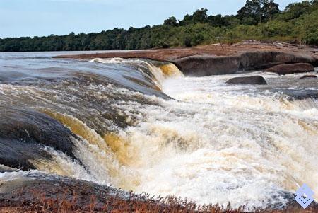 .::: Banco de Occidente :::. En el punto de quiebre de una corriente de agua, se concentra la conversión de energía potencial en energía cinética. Raudal Morroco, río Inírida.