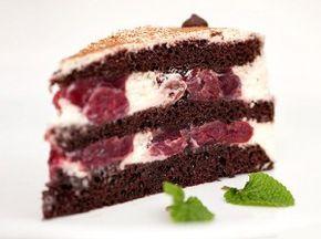 Шоколадный бисквитный торт с вишней и творожным кремом