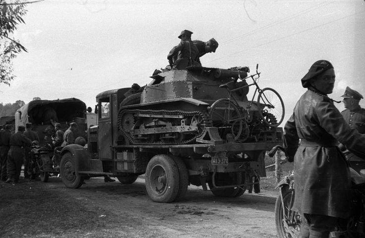 19 września 1939 roku, Przełęcz Tatarska, Węgry. 10.Brygada Kawalerii po przekroczeniu granicy węgierskiej.  Na zdjęciu TKS załadowany na samochód ciężarowy Polski FIAT 621 (4X2).