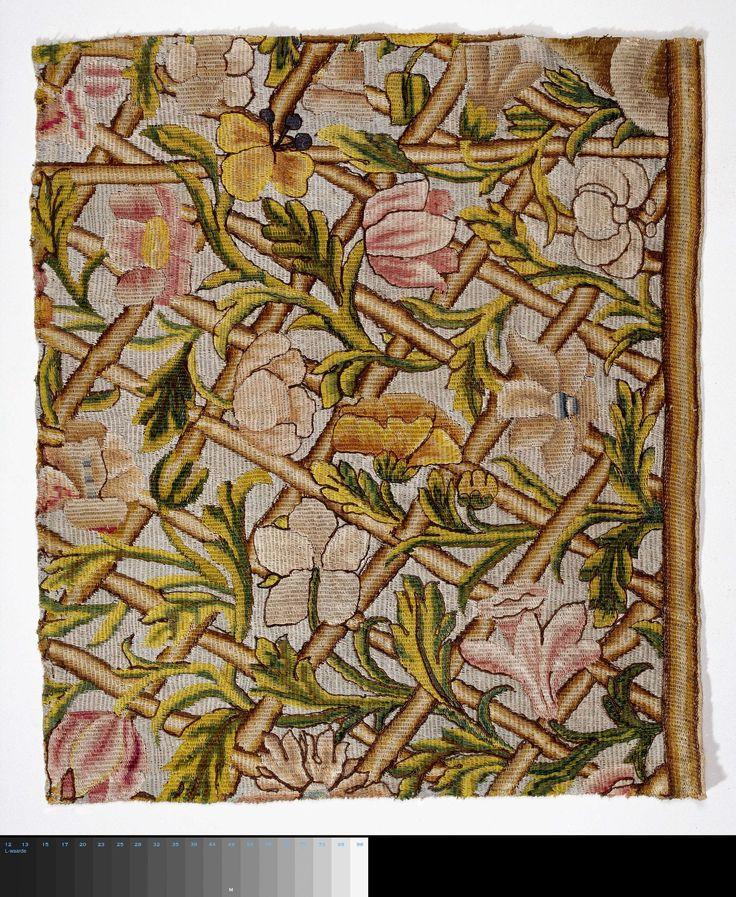 Trellis   Fragment borduurwerk versierd met bloemen en takken, Trellis, 1860 - 1880   Fragment borduursel. Op een stramien zijn met grote steken gewerkt stammen, die zich in ruitvormen kruisen en grote, rose, gele en grijze bloemen en takken, met groene bladeren op een blauwgrijze grond. Imitatie-behangsel.
