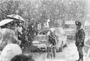 Radrennen finden im Freien statt, die Fahrer trotzen jedem Wetter. Das mag heroisch, aber nicht immer vernünftig sein.
