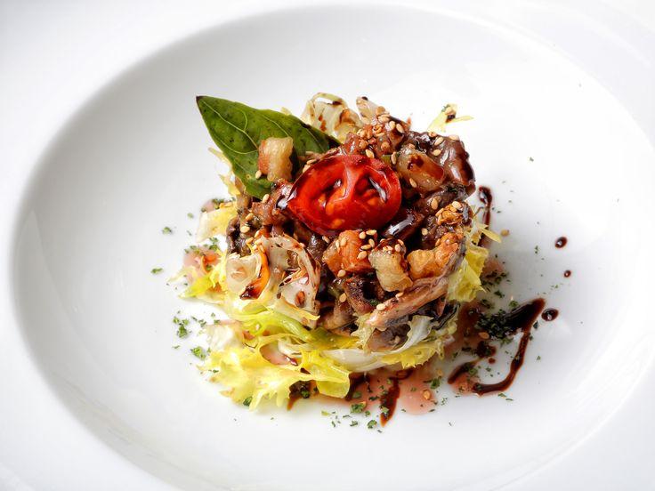 Ensalada de setas salteadas con jamón, papada crujiente y vinagreta de garnacha de La Bodega de Chema.