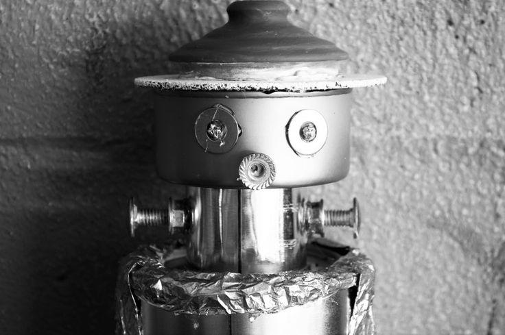 Será que algún día los robots conquistarán al mundo? O serán amigos de la humanidad? Mientras eso ocurre les dejo una foto de un robot hecho de material reciclado como parte del Festival Estudiantil de las Artes, Circuito 09.