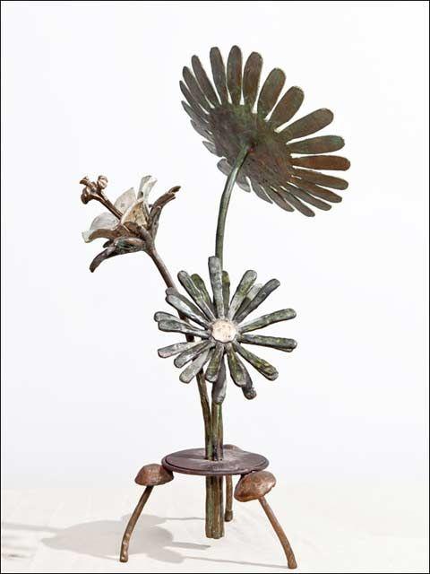 Ramo de tres flores-2 (alto 50cm). Escultura de bronce representando tres flores colocadas  a modo de ramo, que pueden ser admiradas desde cualquier perspectiva. La figura se sustenta sobre una placa de bronce cuyos tres pies son tres pequeñas setas. Esculturas de bronce - Flores de bronce - figuras de bronce - figuras decorativas - #bronzeder