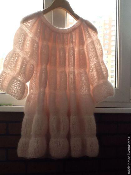 Купить или заказать Кофточка пыльно-розовая 'Нежность' в интернет-магазине на Ярмарке Мастеров. Продана. Под Заказ на сентябрь-октябрь месяц. Кофточка из мохера класса 'Люкс', цвет бледно-пыльно-розовый, длина изделия 78 см, в разлете 1,50 см. Без размера, т.е. на любой размер. Свободна ( тип туники ), нежно обнимает любую фигуру. Состав: 60% мохер, 15% шерсть, 25% шелк. Вес готового изделия 200 гр.