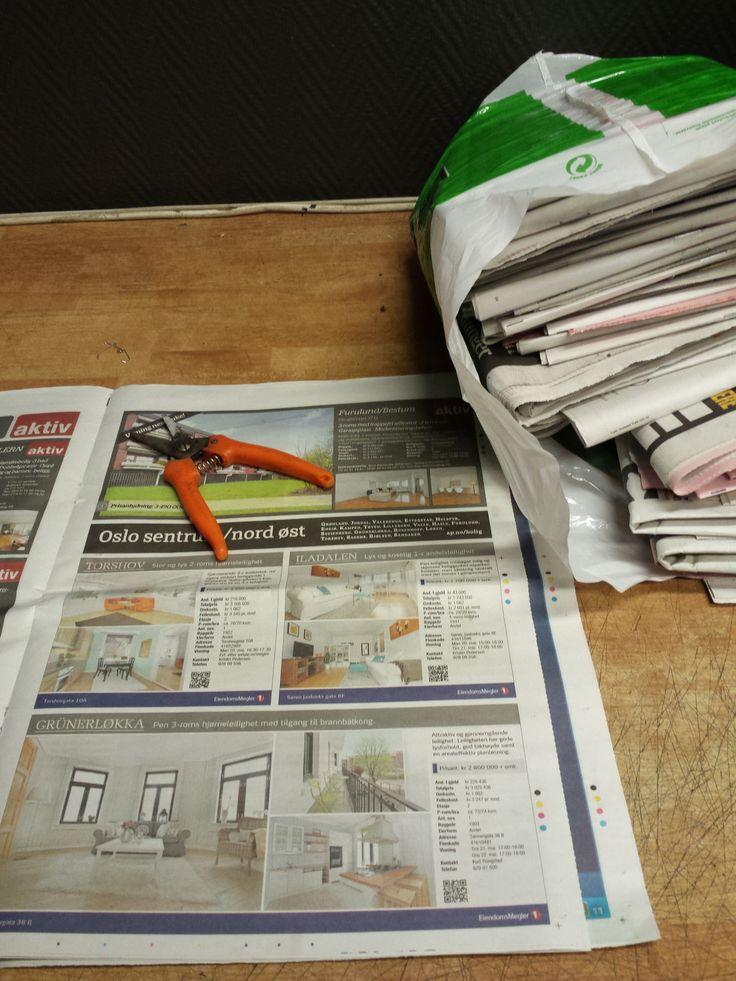 Tar bort stiftene på avisene sånn at de er klar for bruk til å pakke inn blomster sener.