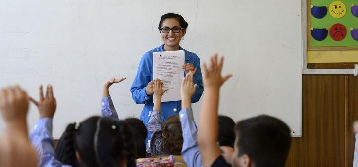 Medida debía comenzar a regir el próximo año, según quedó establecido en la Ley General de Educación de 2009. Gobierno argumentó problemas de infraestructura y de escasez de docentes para postergar puesta en marcha.