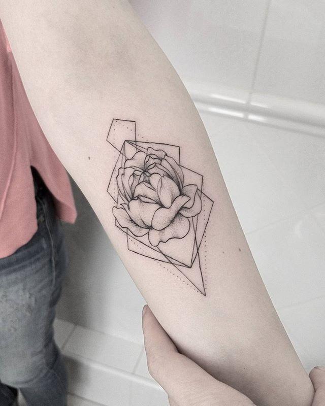 #sum_ttt #dotwork #linework #flowerstattoo #flowertattoo #peony #peonytattoo #blackworktattoo #inkstinct_tattoo_app #equilattera #geometrytattoo