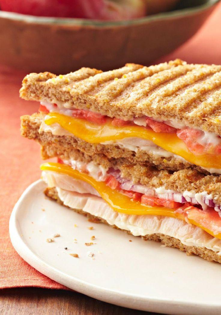 Sándwich panini de pavo y queso cheddar- Prepara este sándwich panini de pavo y queso cheddar a tus pequeños como bocadillo de después de la escuela y dibuja una sonrisa en su rostro.