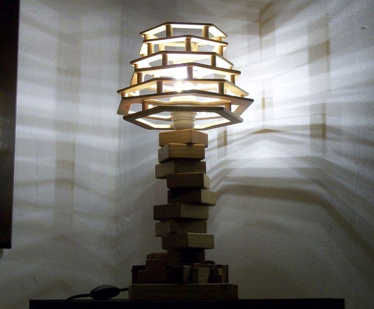 Lampada realizzata con legname di scarto con lampadina a led