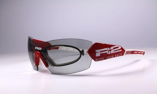 R2 AT069 C napszemüveg. A sportos mindennapi öltözékkel nagyon jól párosítható ez az optikai keretes, fotokróm lencsével ellátott napszemüveg. A fotokróm lencsék a fényviszonyokhoz igazodnak, tehát az R2_AT069_C napszemüveg, amiben optikai keret is van, a mindennapokban is használható. OLVASS TOVÁBB!