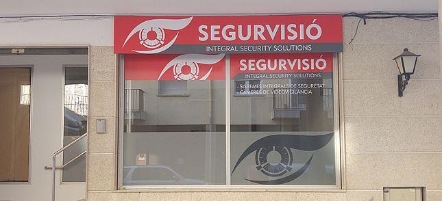 Disseny de logotip, retolació del local i papereria (targetes, carpetes, sobres, paper carta) per Segurvisió