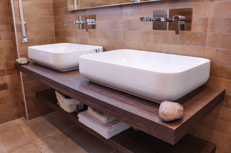 La Suite Turchese dispone di un comodo e accessoriato bagno privato con doppio lavandino.  #MaisonTizi #lovelysuite #suite #guesthouse #guesthouserome #vacanzeromane #passoscuro #fregene #fiumicino #igerslazio #visitrome #romeaccomodation #bnb #bedandbreakfast