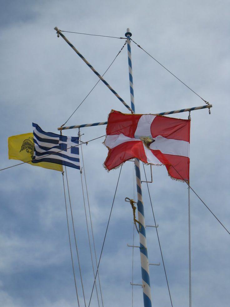 Tro det eller ej her er både det danske og græske flag på den lille ø repræsenteret, dog tror jeg det danske symbolisere et maltesisk flag.