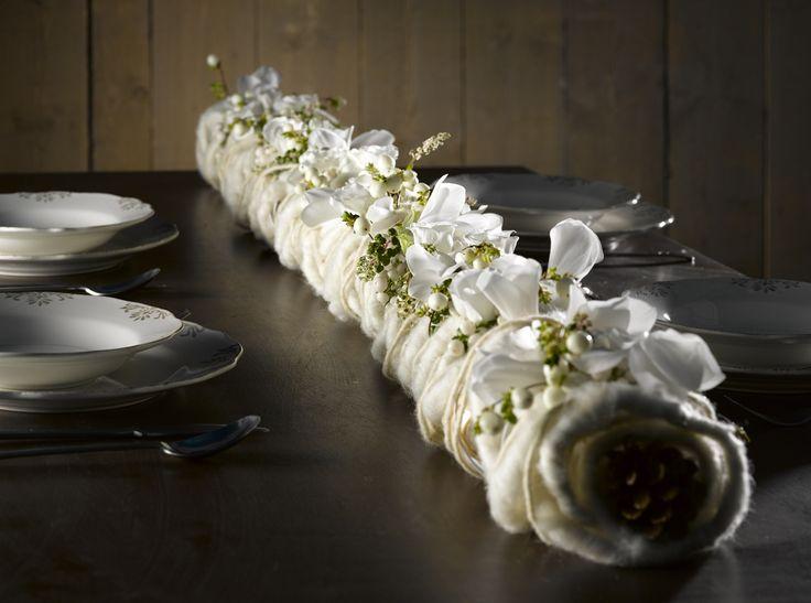 mooi idee voor kerst, gebruik een afvoerbuis en spuit deze wit maak er gaatjes in voor bloemen in te steken,en wikkel verschillende materialen errond