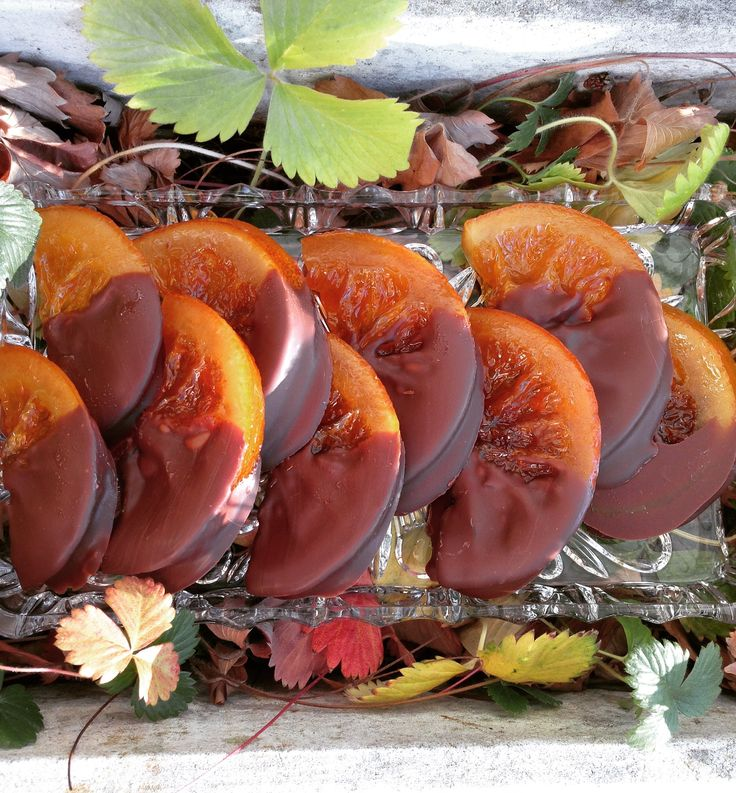 Orangenscheiben (100g) Orange trifft Schokolade  Kandierte Orangenscheiben zur Hälfte mit dunkler Kuvertüre überzogen.