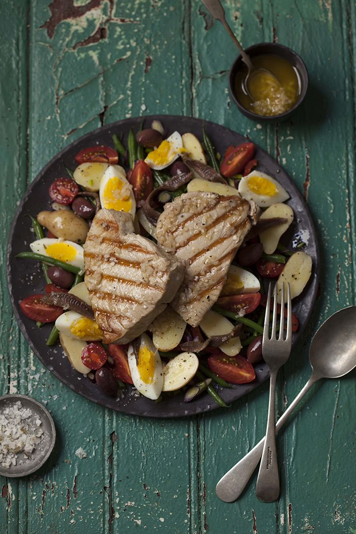 ENSALADA NIZARDA CON FILETE DE ATUN AL GRILL (nicoise salad with grilled tuna steaks)