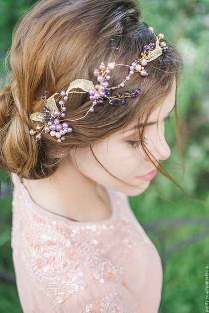 Купить или заказать Свадебный венок для волос. Венок на голову. Украшение для невесты в интернет-магазине на Ярмарке Мастеров. Оригинальный венок авторской формы из стеклянного жемчуга двух оттенков фиолетового и нежно-розового цветов, потрясающего хрусталя цвета спелой ежевики и золотистых веточек. Выглядит нежно, свежо и необычно, может дополнить распущенные волосы или собранную прическу. Хрусталь потрясающе сверкает, а золотистые веточки и жемчуг нежно мерцают на солнце.