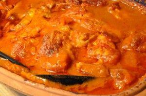Römertopf koteletter i flødesauce med løg, paprika og tomat